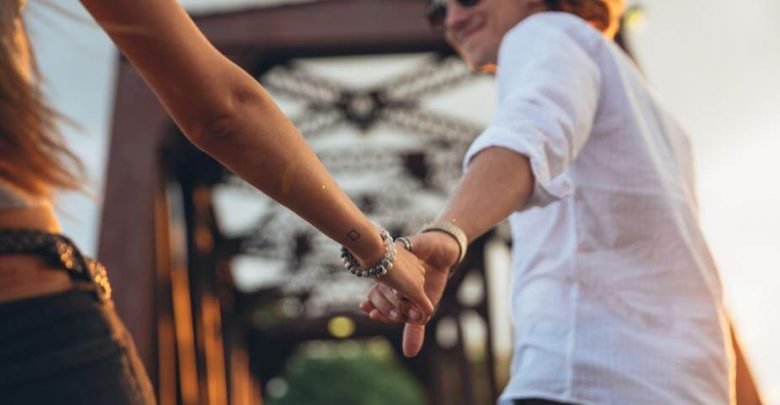 man-woman-hand-holding_Whatsappsexdating